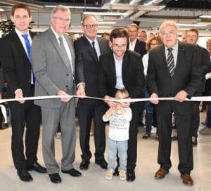 Le petit garçon de M. Rapp, directeur de Crown Ceram a lui aussi contribué à l'inauguration du bâtiment en coupant fièrement le ruban